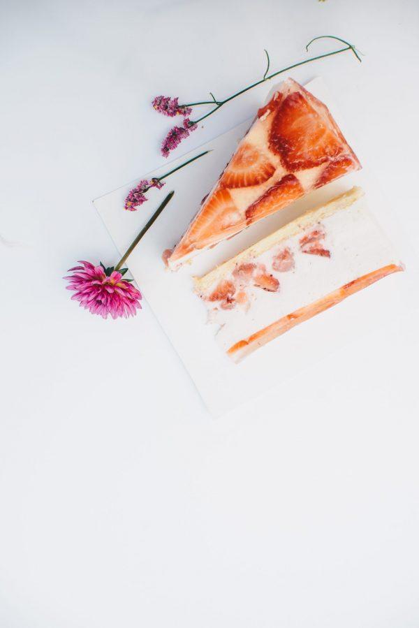 Uogų / persikų ir jogurto kremo tortas 2,3 kg.