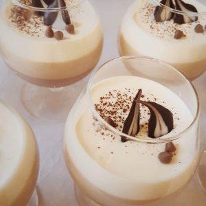 Baltojo, juodojo ir pieniško šokolado skonio desertas
