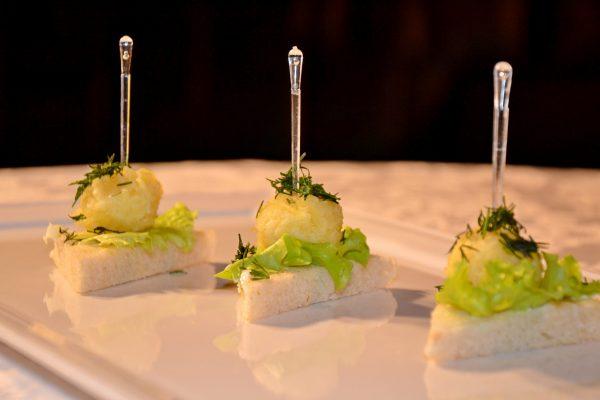 Kanape su sūrio rutuliukais
